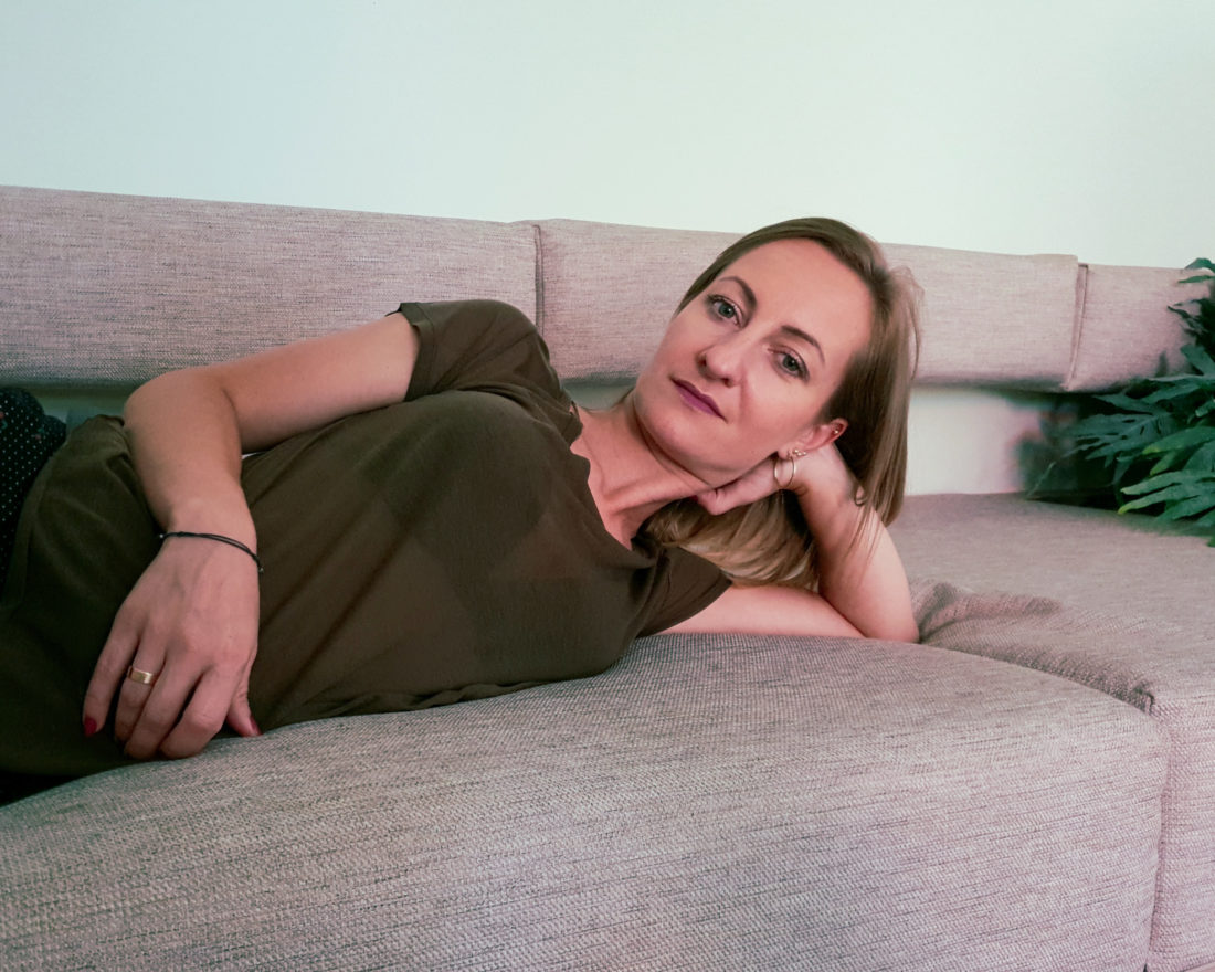 co kobieta robi w domu