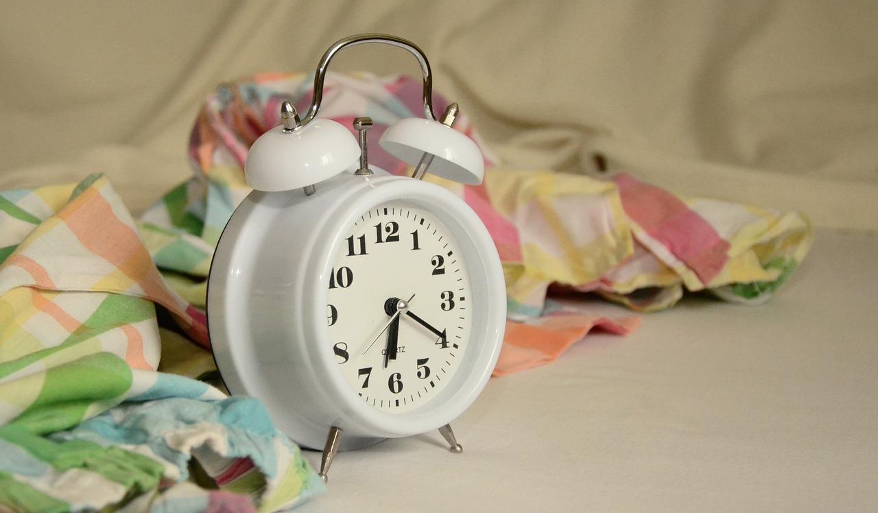 dlaczego nie należy ścielić łóżka rano
