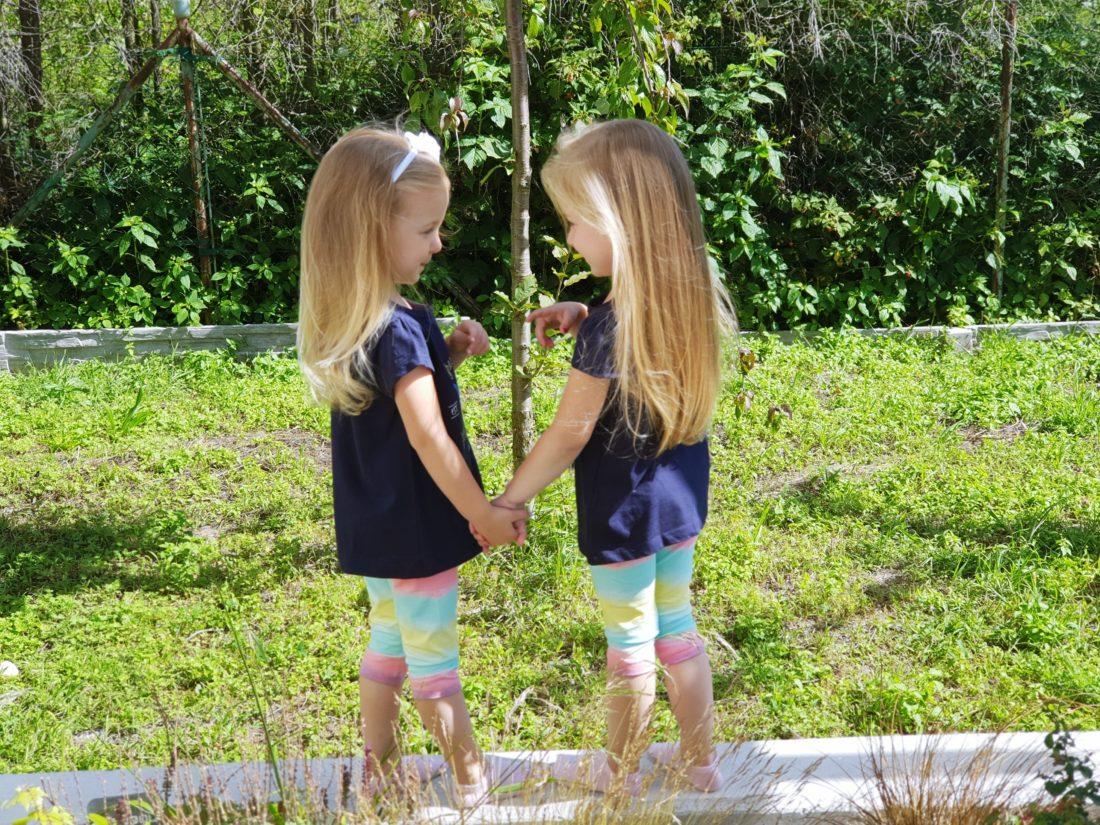 czy ubierać bliźniaki jednakowo